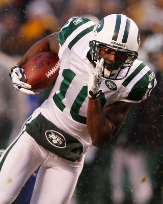 PITTSBURGH - DECEMBER 19:  Santonio Holmes #10 of the New York Jets runs with the ball after catching a pass during the game against the Pittsburgh Steelers on December 19, 2010 at Heinz Field in Pittsburgh, Pennsylvania.  (Photo by Jared Wickerham/Getty