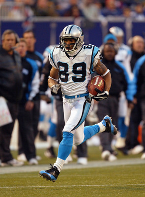 EAST RUTHERFORD, NJ - DECEMBER 28:  Wide receiver Steve Smith #89 of the Carolina Panthers carries the ball in the open field during the game against the New York Giants on December 28, 2003 at Giant Stadium in East Rutherford, New Jersey. The Panthers de