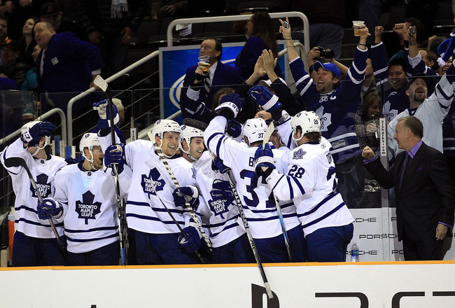 SAN JOSE, CA - JANUARY 11:  The Toronto Maple Leafs bench celebrates an empty net goal in the final minute of their victory over the San Jose Sharks at HP Pavilion on January 11, 2011 in San Jose, California.  (Photo by Ezra Shaw/Getty Images)
