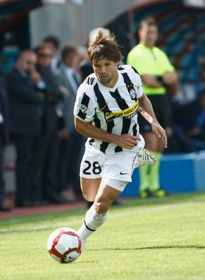 CATANIA, ITALY - MAY 02:  Diego Ribas da Cunha of Juventus FC runs with the ball  during the Serie A match between Catania and Juventus at Stadio Angelo Massimino on May 2, 2010 in Catania, Italy.  (Photo by Maurizio Lagana/Getty Images)
