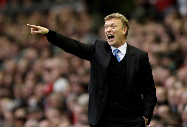 LIVERPOOL, ENGLAND - JANUARY 16:   Everton Manager David Moyes issues instructions during the Barclays Premier League match between Liverpool and Everton at Anfield on January 16, 2011 in Liverpool, England. (Photo by Alex Livesey /Getty Images)