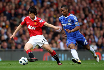 MANCHESTER, ENGLAND - MAY 08:  Ji-Sung Park of Manchester United competes with Florent Malouda of Chelsea during the Barclays Premier League match between Manchester United and Chelsea at Old Trafford on May 8, 2011 in Manchester, England.  (Photo by Alex