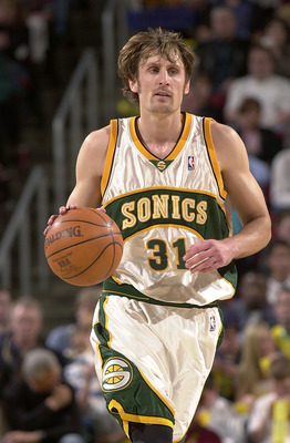SEATTLE - APRIL 2:  Brent Barry #31 of the Seattle Sonics moves the ball during the game against the Los Angeles Lakers on April 2, 2004 at Key Arena in Seattle, Washington.  The Lakers won 97-86.  NOTE TO USER: User expressly acknowledges and agrees that
