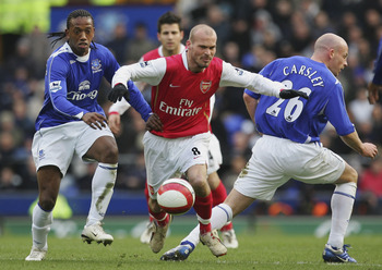 LIVERPOOL, UNITED KINGDOM - MARCH 18: Fredrik Ljungberg of Arsenal splits Manuel Fernandes and Lee Carsley of Everton during the Barclays Premiership match between Everton and Arsenal at Goodison Park on March 18, 2007 in Liverpool, England.  (Photo by La