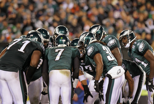 PHILADELPHIA, PA - NOVEMBER 21:  Michael Vick #7 of the Philadelphia Eagles and his teammates huddle during their game against the New York Giants at Lincoln Financial Field on November 21, 2010 in Philadelphia, Pennsylvania.  (Photo by Nick Laham/Getty I