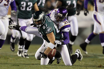 PHILADELPHIA, PA - DECEMBER 28:  Brent Celek #87 of the Philadelphia Eagles drops a pass against the Minnesota Vikings at Lincoln Financial Field on December 28, 2010 in Philadelphia, Pennsylvania.  (Photo by Jim McIsaac/Getty Images)
