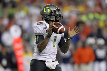 GLENDALE, AZ - JANUARY 10:  Darron Thomas #1 of the Oregon Ducks scrambles against the Auburn Tigers during the Tostitos BCS National Championship Game at University of Phoenix Stadium on January 10, 2011 in Glendale, Arizona.  (Photo by Ronald Martinez/G