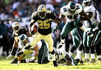 PHILADELPHIA - SEPTEMBER 20:  Reggie Bush #25 of the New Orleans Saints runs upfield for touchdown in a game against the Philadelphia Eagles at Lincoln Financial Field on September 20, 2009 in Philadelphia, Pennsylvania.  (Photo by Jeff Zelevansky/Getty I