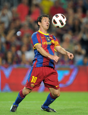 BARCELONA, SPAIN - AUGUST 25:  Leo Messi of Barcelona controls the ball during the Joan Gamper Trophy match between Barcelona and AC Milan at Camp Nou stadium on August 25, 2010 in Barcelona, Spain.  (Photo by Denis Doyle/Getty Images)