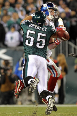 PHILADELPHIA - NOVEMBER 21:  Stewart Bradley #55 of the Philadelphia Eagles breaks up a pass intended for Kevin Boss #89 of the New York Giants at Lincoln Financial Field on November 21, 2010 in Philadelphia, Pennsylvania.  (Photo by Nick Laham/Getty Imag