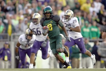 EUGENE, OR - AUGUST 30:  Terence Scott #8 of the Oregon Ducks carries the ball during the game against the Washington Huskies at Autzen Stadium on August 30, 2008 in Eugene, Oregon. (Photo by Jonathan Ferrey/Getty Images)
