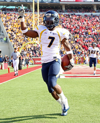 LOUISVILLE, KY - NOVEMBER 20:  Noel Devine #7 of the West Virginia Mountaineers celebrates after runing for a touchdown during the Big East Conference game against the Louisville Cardinals at Papa John's Cardinal Stadium on November 20, 2010 in Louisville