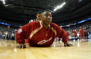 AUBURN HILLS, MI - MAY 21: Eric Snow #20 of the Cleveland Cavaliers stretches prior to the game against the Detroit Pistons in Game One of the Eastern Conference Finals during the 2007 NBA Playoffs at The Palace at Auburn Hills on May 21, 2007 in Auburn H