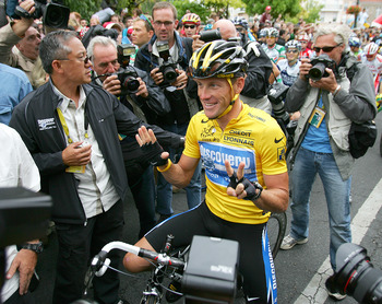 CORBEIL-ESSONNES, FRANCE - JULY 24:  Lance Armstrong of the USA riding for the Discovery Channel team, shows seven fingers (meaning seven victories) before Stage 21 of the Tour de France between Corbeille-Essones and The Champs Elysees on July 24, 2005 in
