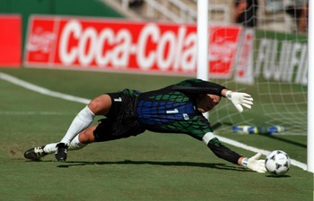 22 JUN 1994:  TONY MEOLA OF USA MAKES A SAVE ON HIS NEAR POST DURING THE USA VERSUS COLOMBIA MATCH . GAME FIFTEEN IN THE FIRST STAGE OF THE 1994 WORLD CUP FINALS. Mandatory Credit: Stephen Dunn/ALLSPORT