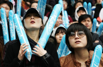 SEOUL, SOUTH KOREA - MARCH 24:  South Korean fans react while watching the World Baseball Classic championship game between Japan and Korea screened at Chamsil Stadium on March 24, 2009 in Seoul, South Korea.  (Photo by Chung Sung-Jun/Getty Images)