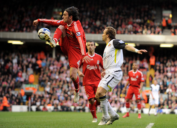 LIVERPOOL, ENGLAND - MARCH 28:  Bolo Zenden of Sunderland is beaten to the ball by Alberto Aquilani of Liverpool during the Barclays Premier League match between Liverpool and Sunderland at Anfield on March 28, 2010 in Liverpool, England.  (Photo by Micha