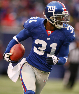 EAST RUTHERFORD, NJ - NOVEMBER 16:  Aaron Ross #31 of the New York Giants returns an interception for a touchdown against the Baltimore Ravens in the fourth quarter of  their game on November 16, 2008 at Giants Stadium in East Rutherford, New Jersey.  (Ph