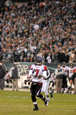 Atlanta Falcons quarterback #7 Michael Vick tosses a touchdown pass to Warwick Dunn in the first half against the Philadelphia Eagles on Sunday, December 31, 2006 at Lincoln Financial Field in Philadelphia, Pennsylvania.  The Eagles won, 24-17. (Photo by