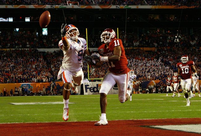 MIAMI - JANUARY 08:  Louis Murphy #9 of the Florida Gators can't make a play on a ball thrown to the endzone against Lendy Holmes #11 of the Oklahoma Sooners against the Florida Gators during the FedEx BCS National Championship game at Dolphin Stadium on