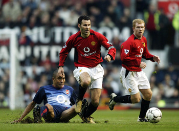Giggs, center, aside midfield partner Paul Scholes.