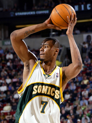 SEATTLE - MARCH 25:  Rashard Lewis #7 of the Seattle Sonics attempts to pass the ball against the New York Knicks during the game on March 25, 2005 at Key Arena in Seattle, Washington. The Sonics won 109-101 in overtime.   NOTE TO USER: User expressly ack