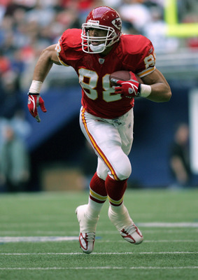 IRVING, TX - DECEMBER 11:  Tony Gonzalez #88 of the Kansas City Chiefs carries the ball during the game with the Dallas Cowboys on December 11, 2005 at Texas Stadium in Irving, Texas.  The Cowboys won 31-28.  (Photo by Ronald Martinez/Getty Images)