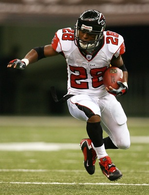 NEW ORLEANS - OCTOBER 21: Running back Warrick Dunn #28 of the Atlanta Falcons looks for room to run while taking on the New Orleans Saints at the Superdome on October 21, 2007 in New Orleans, Louisiana. The Saints defeated the Falcons 22-16.  (Photo by D