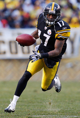 PITTSBURGH - DECEMBER 12:  Mike Wallace #17 of the Pittsburgh Steelers runs with the ball on a trick play during the game against the Cincinnati Bengals on December 12, 2010 at Heinz Field in Pittsburgh, Pennsylvania.  (Photo by Jared Wickerham/Getty Imag