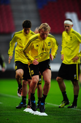 UTRECHT, NETHERLANDS - SEPTEMBER 29:  Dirk Kuyt of Liverpool warm up during a Liverpool training session and press conference at the Galgenwaard Stadium on September 29, 2010 in Utrecht, Netherlands. (Photo by Jamie McDonald/Getty Images)