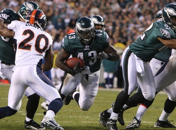 PHILADELPHIA - DECEMBER 27 : Leonard Weaver #43 of the Philadelphia Eagles runs against the Denver Broncos at Lincoln Financial Field on December 27, 2009 in Philadelphia, Pennsylvania. (Photo by Jim McIsaac/Getty Images)