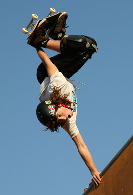 CARSON, CA - AUGUST 02:  Bronze medal winner Shaun White competes in the men's Skateboard Vert during the summer X Games 14 at Home Depot Center on August 2, 2008 in Carson, California.  (Photo by Christian Petersen/Getty Images)