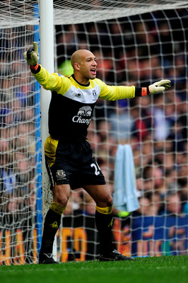 LONDON, ENGLAND - FEBRUARY 19:  Goalkeeper Tim Howard of Everton directs his defence during the FA Cup sponsored by E.ON 4th round replay match between Chelsea and Everton at Stamford Bridge on February 19, 2011 in London, England.  (Photo by Jamie McDona