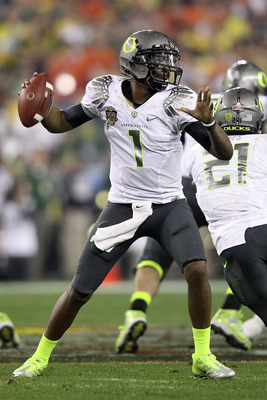 GLENDALE, AZ - JANUARY 10:  Quarterback Darron Thomas #1 of the Oregon Ducks throws the ball in the first quarter against the Auburn Tigers during the Tostitos BCS National Championship Game at University of Phoenix Stadium on January 10, 2011 in Glendale