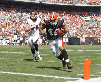 CLEVELAND - OCTOBER 10:  Running back Peyton Hillis #40 of the Cleveland Browns scores a touchdown in front of outside tackle Kroy Biermann #71 of the Atlanta Falcons at Cleveland Browns Stadium on October 10, 2010 in Cleveland, Ohio.  (Photo by Matt Sull