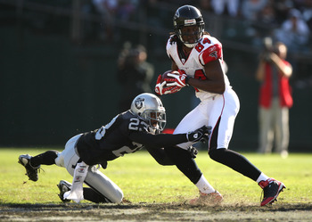 OAKLAND, CA - NOVEMBER 02: Roddy White #84 of the Atlanta Falcons runs after a catch as DeAngelo Hall #23 of the Oakland Raiders defends during an NFL game on November 2, 2008 at the Oakland-Alameda County Coliseum in Oakland, California.  (Photo by Jed J