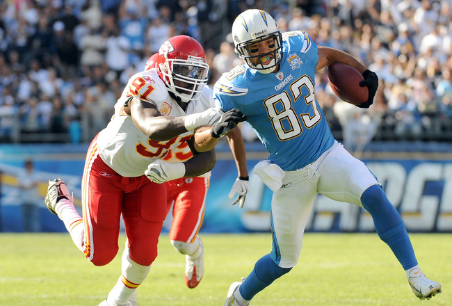 SAN DIEGO - NOVEMBER 29:  Vincent Jackson #83 of the San Diego Chargers runs for 12 yeards on a reverse aroundTamba Hali #91 of the Kansas City Chiefs during the first quarter at Qualcomm Stadium on November 29, 2009 in San Diego, California.  (Photo by H