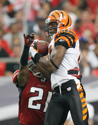 ATLANTA - OCTOBER 24:  Terrell Owens #81 of the Cincinnati Bengals pulls in this reception against Christopher Owens #21 of the Atlanta Falcons at Georgia Dome on October 24, 2010 in Atlanta, Georgia.  (Photo by Kevin C. Cox/Getty Images)
