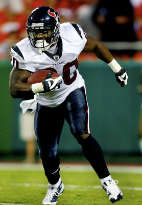 KANSAS CITY, MO - AUGUST 15:  Running back Steve Slaton #20 of the Houston Texans rushes during the preseason game against the Kansas City Chiefs at Arrowhead Stadium on August 15, 2009 in Kansas City, Missouri. (Photo by Dilip Vishwanat/Getty Images)