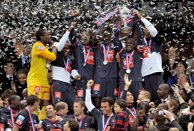 PARIS - MAY 01: French midfielder and captain Claude Makelele (2nd R) celebrates with the Paris Saint Germain football club teammates after winning the French football Cup final between Paris Saint Germain and A.S Monaco at Stade de France on May 1, 2010