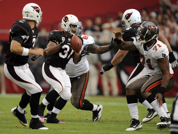 GLENDALE, AZ - OCTOBER 31:  Jason Wright #31 of the Arizona Cardinals takes a pitch from Derek Anderson #3 in front of Michael Bennett #71 of the Tampa Bay Buccaneers at University of Phoenix Stadium on October 31, 2010 in Glendale, Arizona.  (Photo by Ha