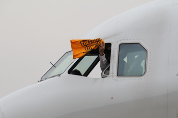 DALLAS, TX - JANUARY 31:  A US Airway pilot waves 'the terrible towel' as he taxis the plane with the AFC Championship Pittsburgh Steelers at Dallas Fort Worth International Airport on January 31, 2011 in Dallas, Texas.  The Pittsburgh Steelers will play