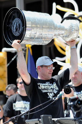 PITTSBURGH - JUNE 15:  Head coach Dan Bylsma of the Pittsburgh Penguins holds aloft the Stanley Cup for the crowd during Stanley Cup Champion Victory Parade on June 15, 2009 in Pittsburgh, Pennsylvania.  (Photo by Jamie Sabau/Getty Images)