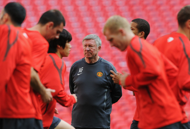 LONDON, ENGLAND - MAY 27:  Sir Alex Ferguson (C) manager of Manchester United watches his players warm up during a Manchester United training session prior to the UEFA Champions League final versus Barcelona at Wembley Stadium on May 27, 2011 in London, E