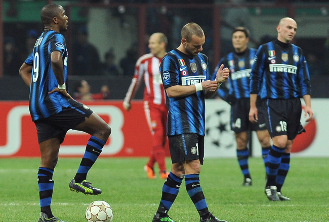 MILAN, ITALY - FEBRUARY 23:  Samuel Eto o (L) and Wesley Sneijder (C) of Inter Milan look dejection during the UEFA Champions League round of 16 first leg match between Inter Milan v FC Bayern Muenchen on February 23, 2011 in Milan, Italy.  (Photo by Vale