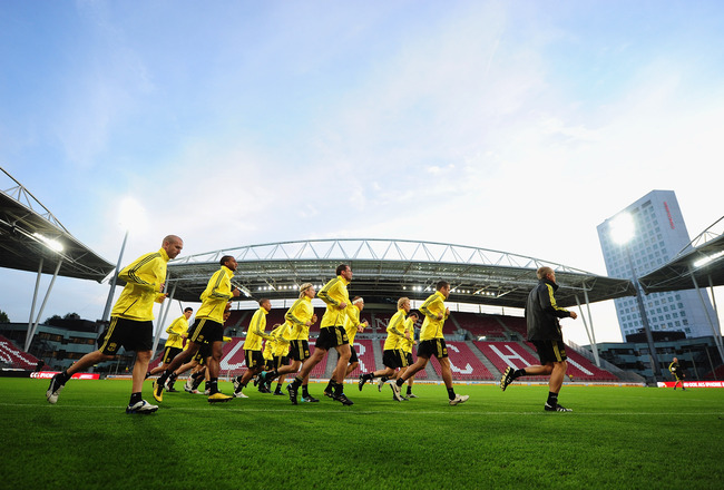 UTRECHT, NETHERLANDS - SEPTEMBER 29:  The Liverpool squad warms up during a Liverpool training session and press conference at the Galgenwaard Stadium on September 29, 2010 in Utrecht, Netherlands.  (Photo by Jamie McDonald/Getty Images)