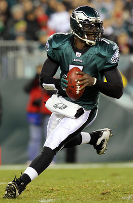PHILADELPHIA - NOVEMBER 21:  Michael Vick #7 of the Philadelphia Eagles runs with the ball against the New York Giants at Lincoln Financial Field on November 21, 2010 in Philadelphia, Pennsylvania.  (Photo by Nick Laham/Getty Images)