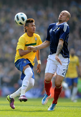 LONDON, ENGLAND - MARCH 27:  Neymar of Brazil fights for ball with Alan Hutton of Scotland during the International friendly match between Brazil and Scotland at Emirates Stadium on March 27, 2011 in London, England.  (Photo by Mike Hewitt/Getty Images)