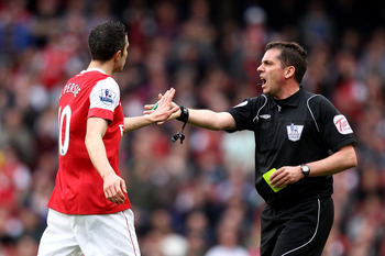 LONDON, ENGLAND - APRIL 02:  Robin van Persie of Arsenal has words with referee Phil Dowd during the Barclays Premier League match between Arsenal and Blackburn Rovers at the Emirates Stadium on April 2, 2011 in London, England.  (Photo by Julian Finney/G
