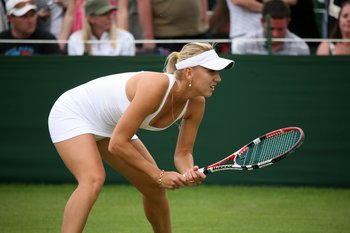 Elena_vesnina_at_the_2009_wimbledon_championships_02_display_image
